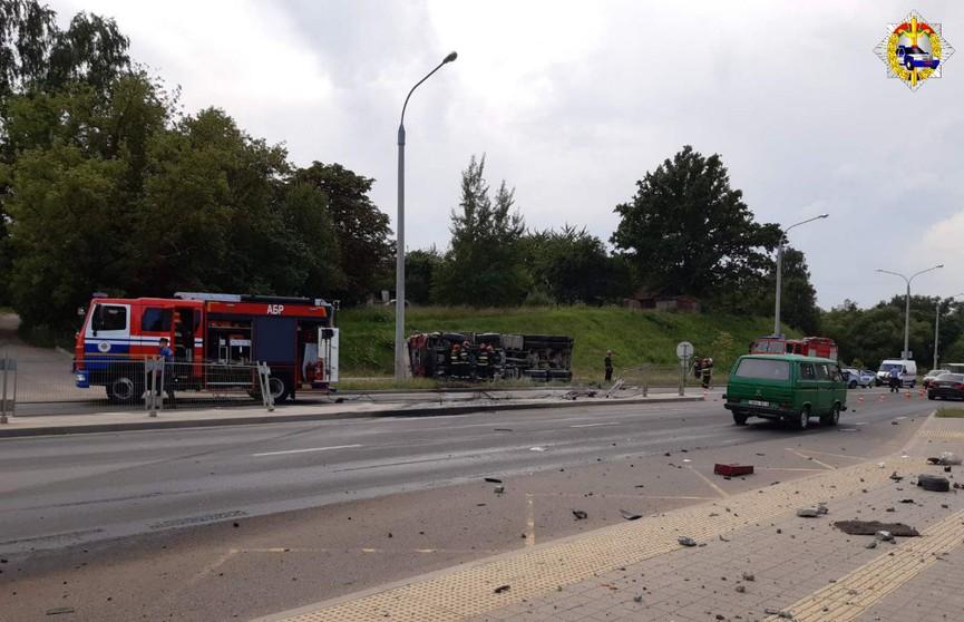 Грузовик опрокинулся на ул. Чижевских в Минске: затруднено движение