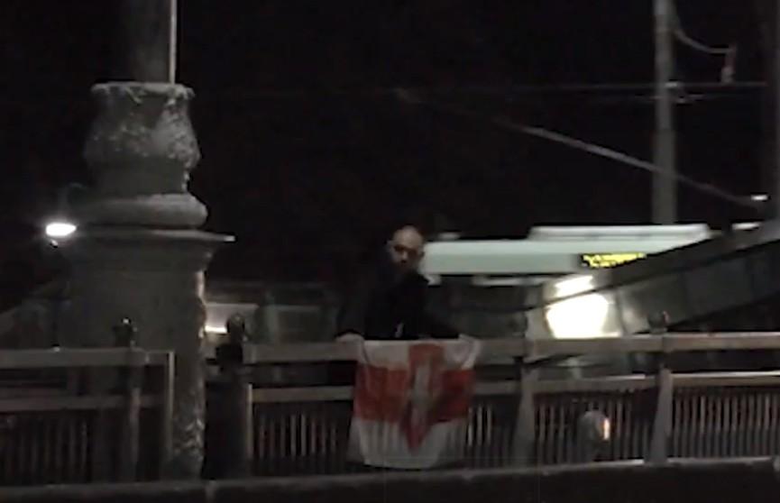 В Могилеве сняли с моста мужчину с БЧБ-флагом, он угрожал прыгнуть в Днепр