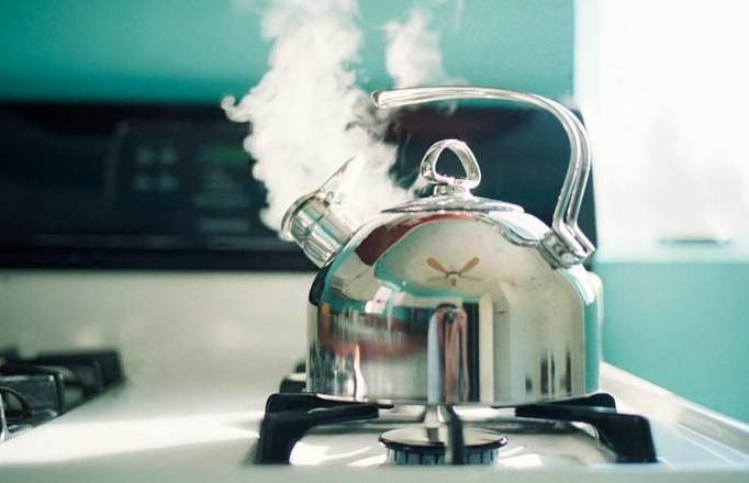 Два чайника кипятка в порыве ревности вылил мужчина на свою сожительницу в Сморгони