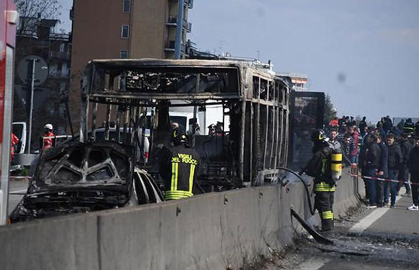 Водитель угнал автобус со школьниками в Италии, а потом поджёг