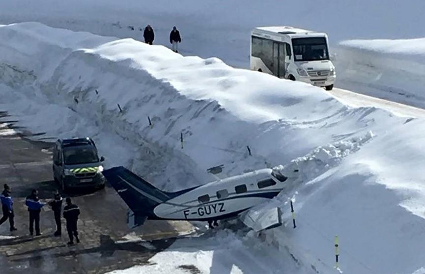 Самолёт совершил жёсткую посадку в сугроб на курорте в Куршевеле