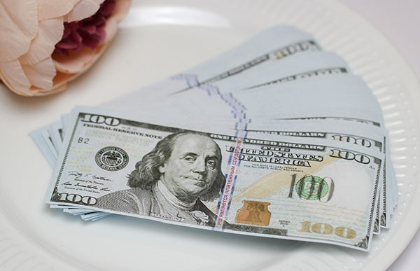 Милиция задержала мужчину со 100-долларовой фальшивкой: деньги подарили на свадьбу