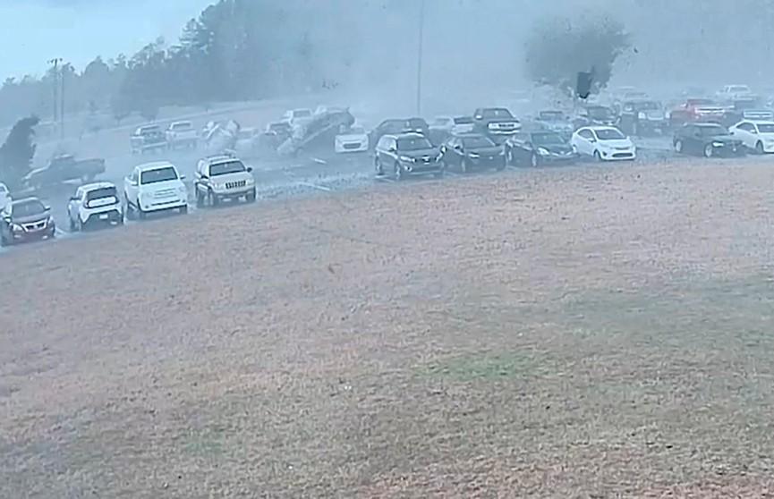 Мощный торнадо соорудил пирамиду из автомобилей – видео