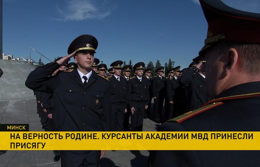 Курсанты Академии МВД приняли присягу на площади Государственного флага