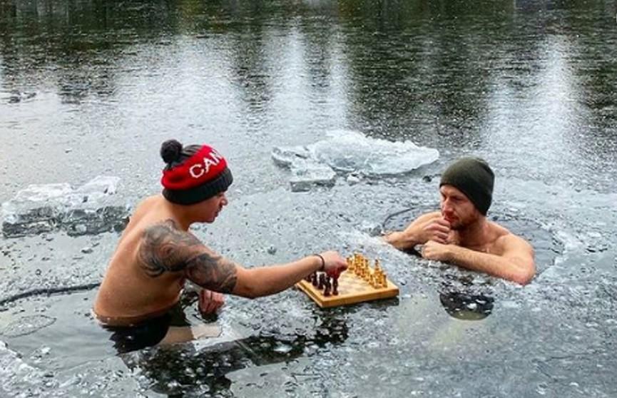 Двое канадцев сыграли в шахматы, плавая в ледяном озере