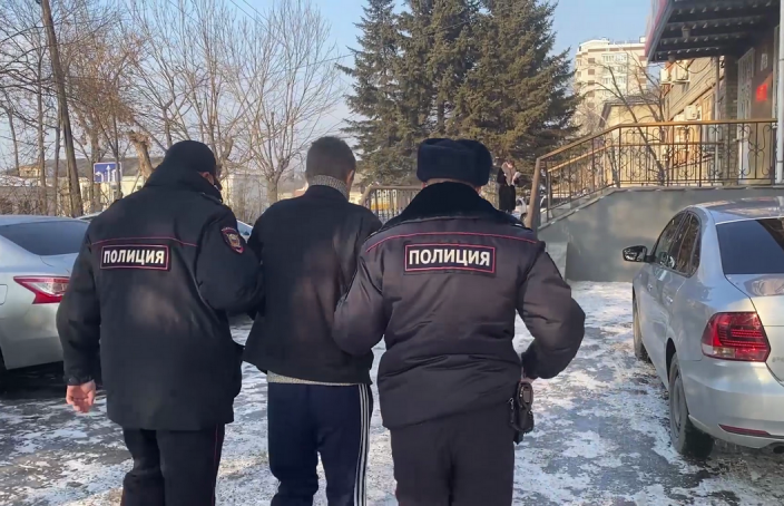 В России вооруженный ножом грабитель похитил из зоомагазина клетку с попугаями. Говорит, хотел подарить девушке