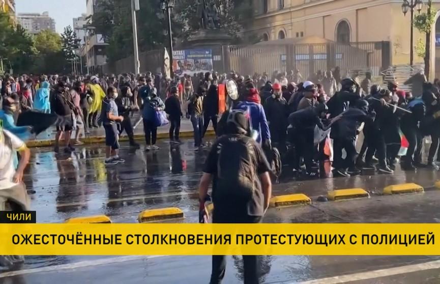 Протесты из-за карантина в Чили: участники жгут покрышки, бросают в полицейских камни