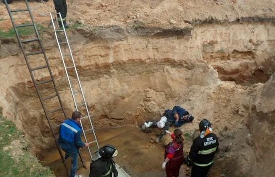 Мужчина упал в четырёхметровую яму и пролежал в ней с переломом бедра всю ночь