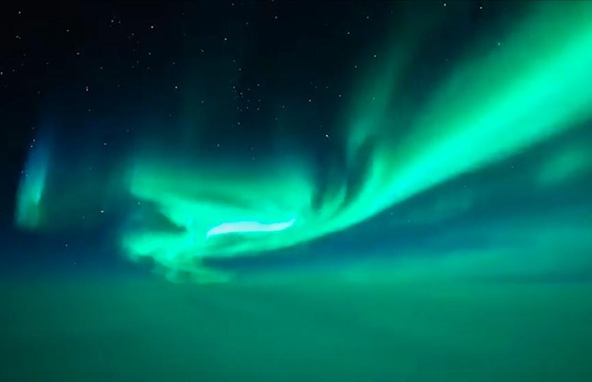 Мощное северное сияние в небе над Гренландией попало на видео