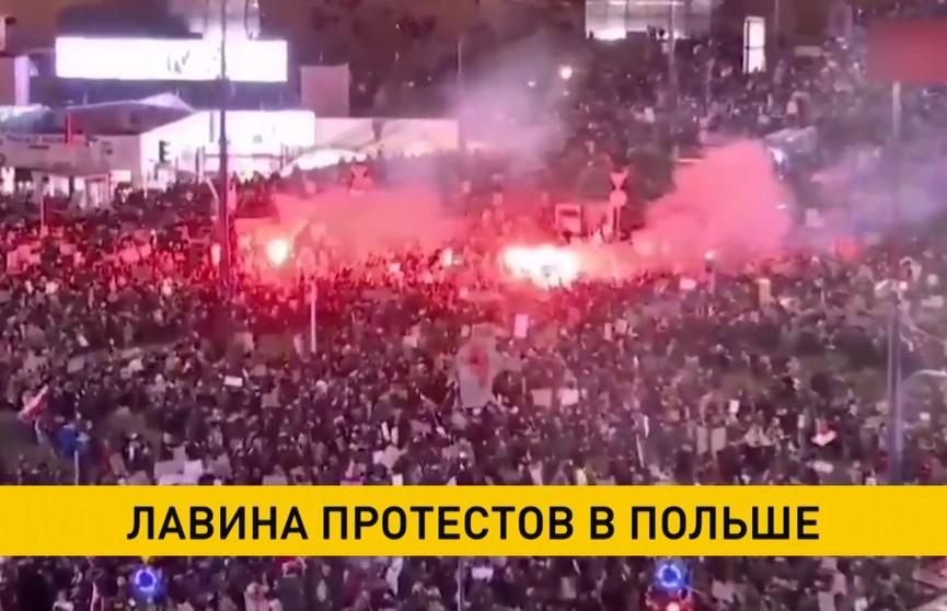 Сотни тысяч людей в знак протеста ежедневно выходят на улицы Польши