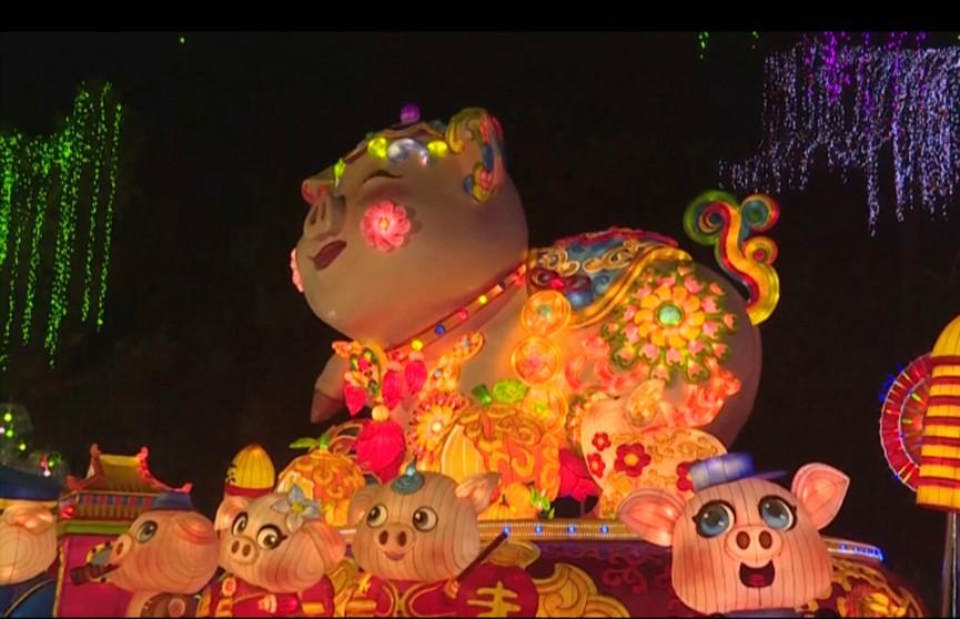 Тысячи разноцветных фонарей зажгли в Китае: здесь готовятся встретить Новый год по восточному календарю