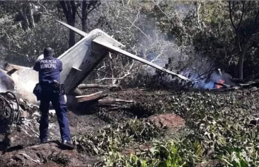 Военный самолёт с пассажирами на борту разбился в Мексике