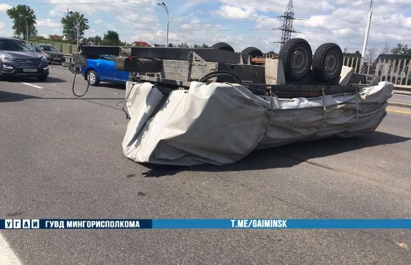 ДТП на МКАД в Минске: перевернулся прицеп