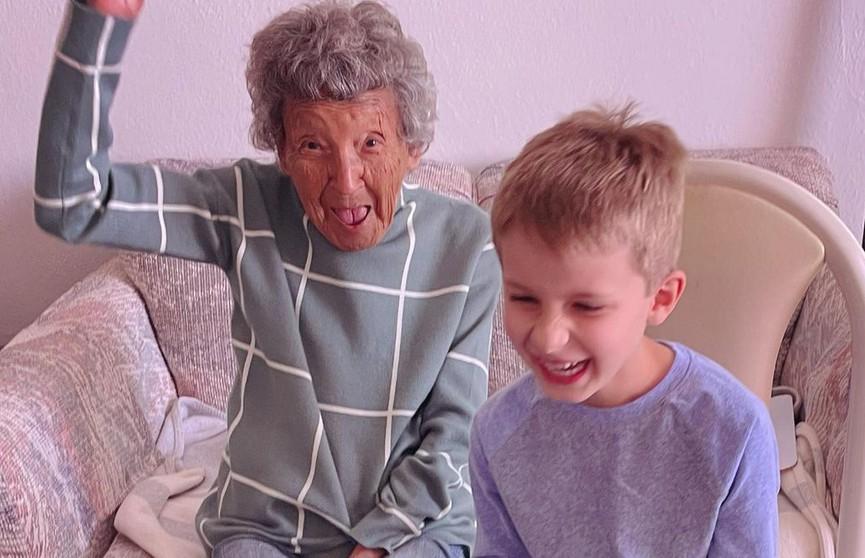 «Ничего милее вы сегодня не увидите»: 102-летняя бабушка занялась фитнесом с внуком и стала звездой соцсетей