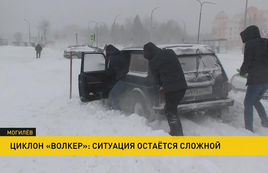 Снежные заносы на дорогах Беларуси: метель не прекращается, экстренные службы работают в усиленном режиме