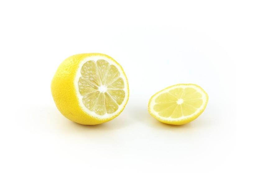 Лимон в помощь: блогер показала, как чистить посуду без моющих средств