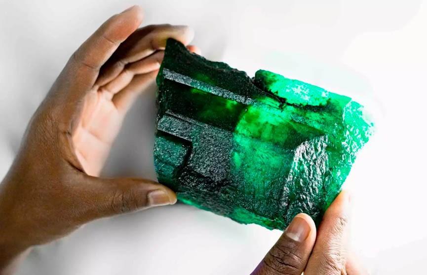 Изумруд весом более килограмма обнаружили в Замбии