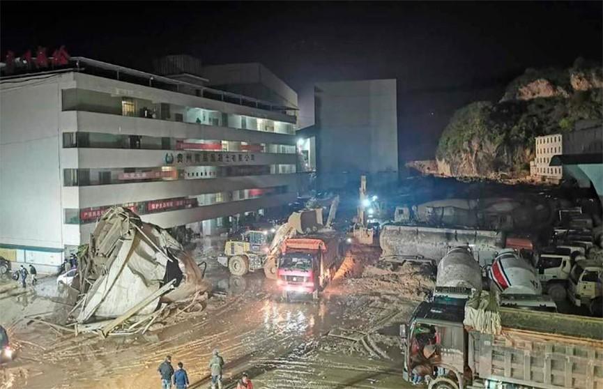Оползень сошел на цементный завод на юго-западе Китая: семь человек остаются под завалами