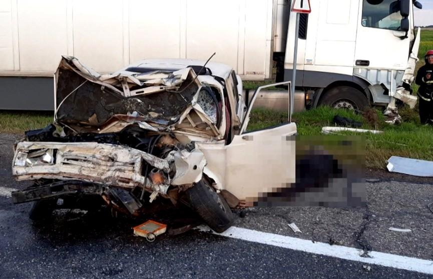 40-летний стаж от ДТП не панацея. По непонятным причинам грузовик столкнулся к легковым автомобилем на трассе