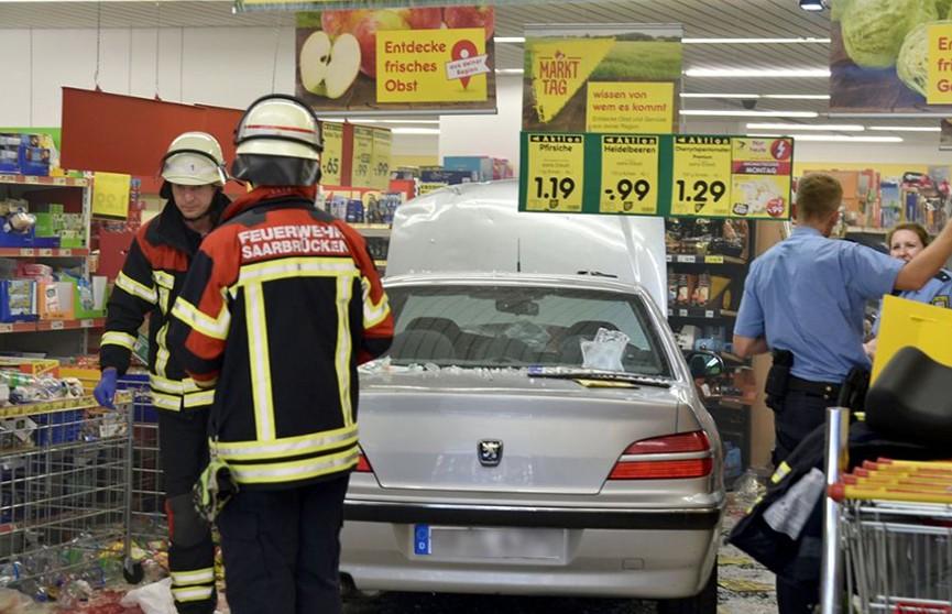 В Германии 91-летний водитель протаранил супермаркет