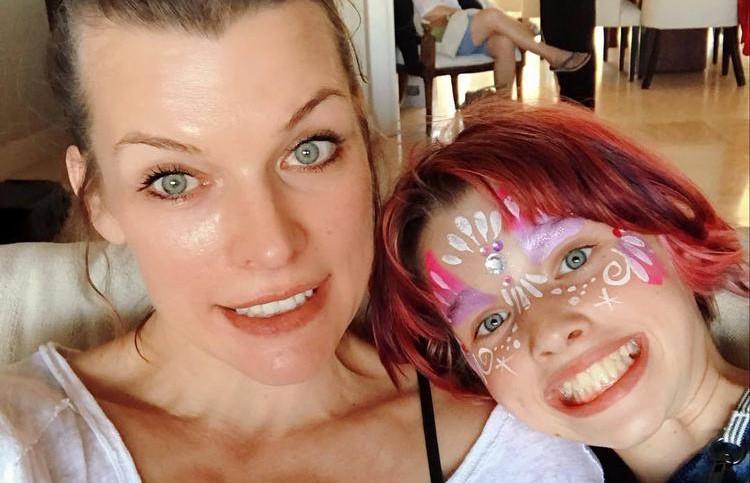 Дочь Милы Йовович исполнила на русском «Антошку» и восхитила Сеть (ВИДЕО)
