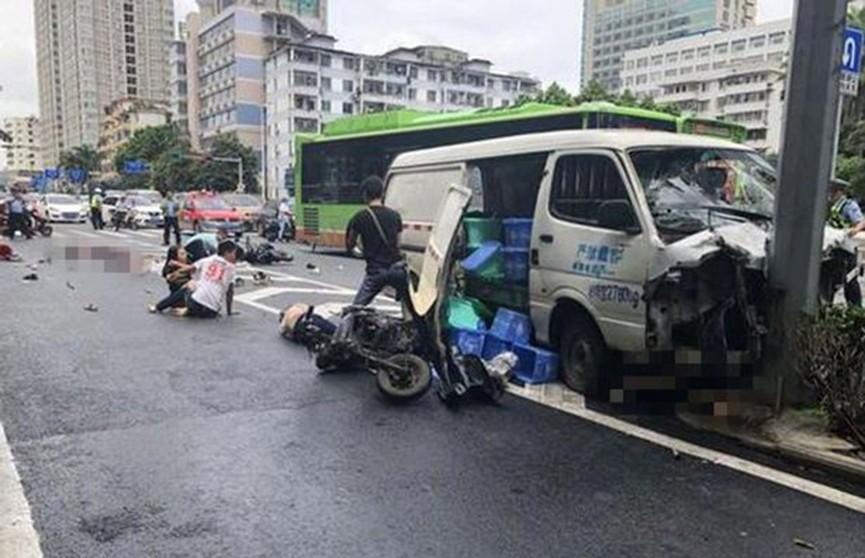 Автомобиль протаранил толпу людей в Китае, есть жертвы