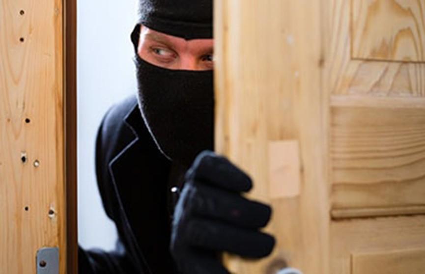 Мужчина влез в чужую квартиру и соблазнил хозяйку