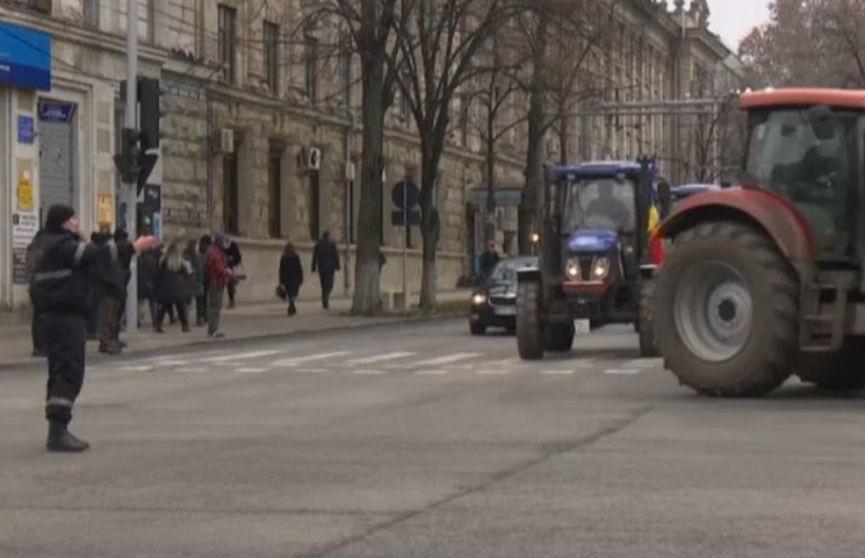 Фермеры устроили акцию протеста на тракторах в центре Кишинева