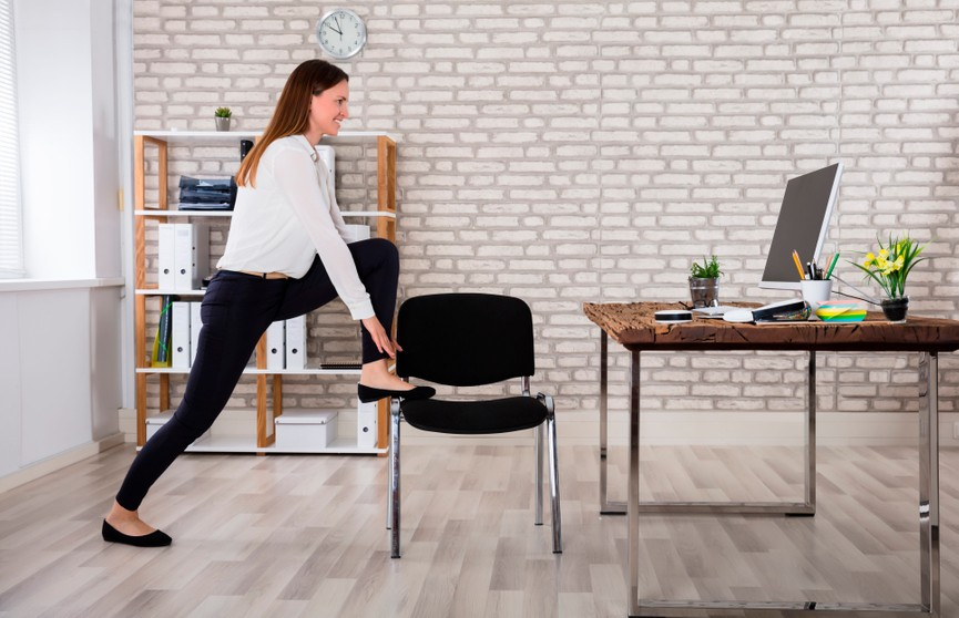 6 тренировок для тех, кто много работает за компьютером дома
