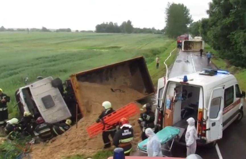 MAN выехал на встречную полосу и врезался в МАЗ: одного из водителей зажало в кабине