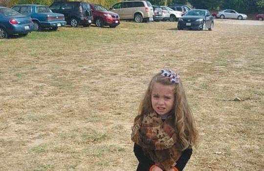 Оптическая иллюзия запутала пользователей Сети. Вы тоже видите девочку с аномально худыми ногами? (ФОТО)