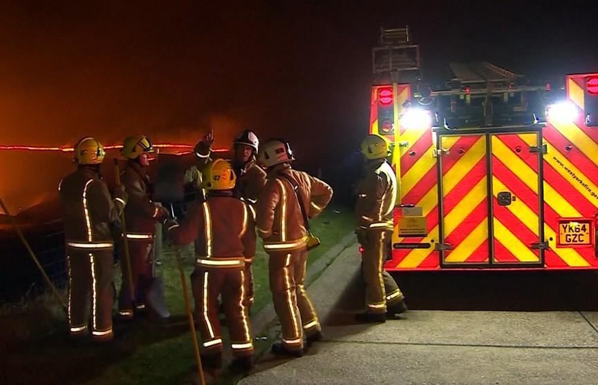 Сильный пожар бушует в Западном Йоркшире: пламя охватило более 150 гектаров