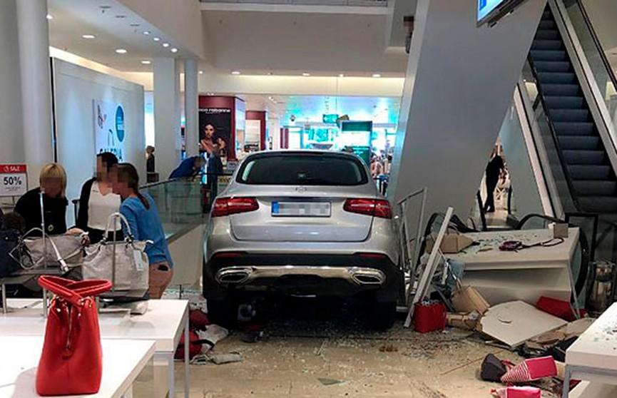 Автомобиль протаранил здание торгового центра в немецком Гамбурге