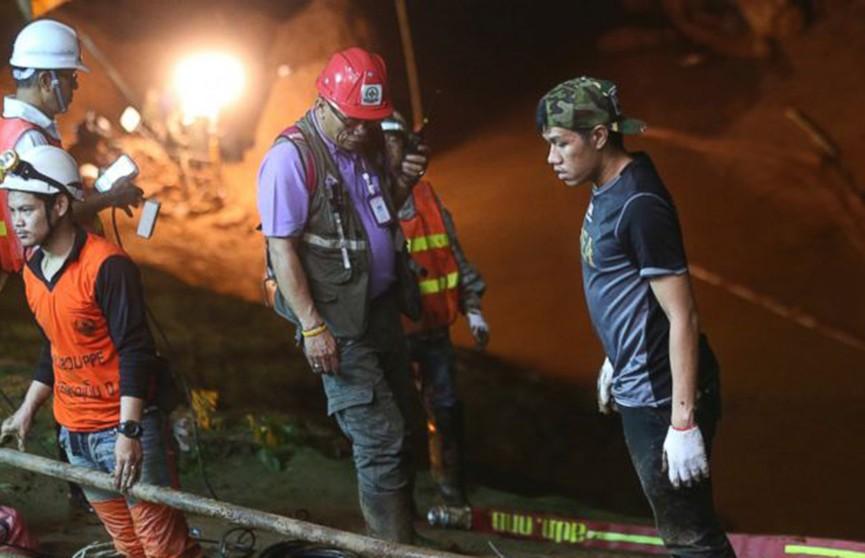 Исчезнувшие в тайской пещере дети уже вторую неделю пытаются выбраться: за операцией спасения следит король