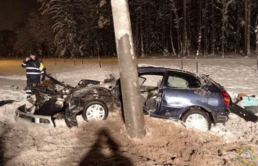 На МКАД машина врезалась в фонарь: водителя зажало в салоне