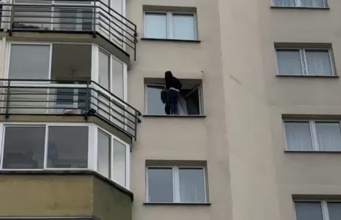 Женщина в Каменной Горке выбрасывала вещи из окна, а потом выпрыгнула и сама. «Куб жизни» её спас