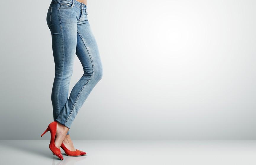 Завернуть штаны внутрь, необработанный край и грубые ботинки. Как носить джинсы этой осенью?