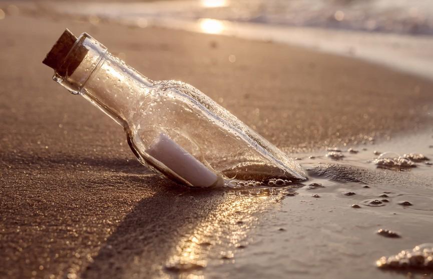 На удачу: девушка бросила  в океан бутылку с посланием и получила ответ