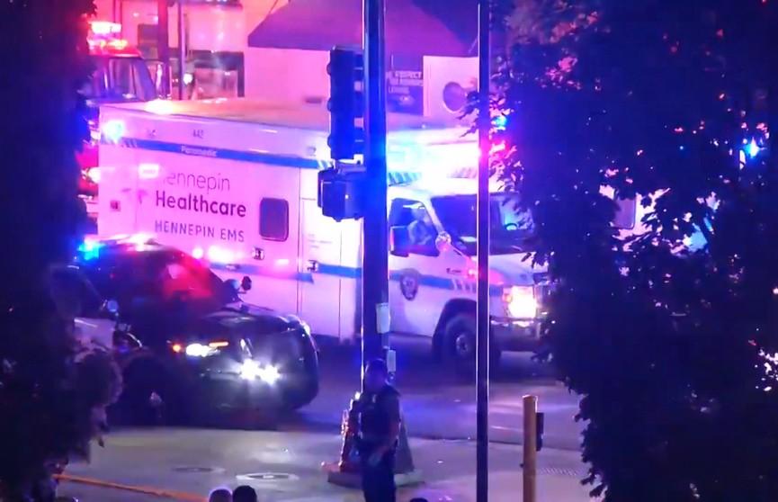 Толпу демонстрантов в Миннеаполисе протаранил автомобиль. Погибла женщина