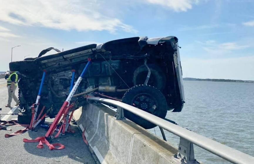 Мужчина спрыгнул с моста, чтобы спасти ребёнка, который упал в воду после аварии
