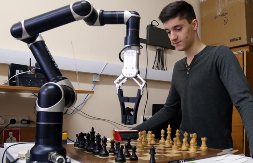 Брестские студенты создали шахматного робота по имени «Настя»