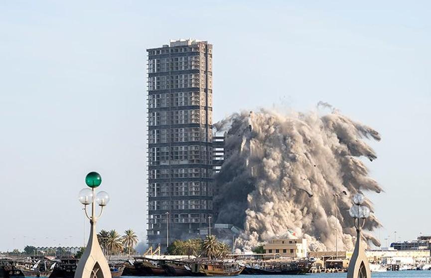 В Абу-Даби в рамках программы развития одного из районов были взорваны четыре небоскреба.