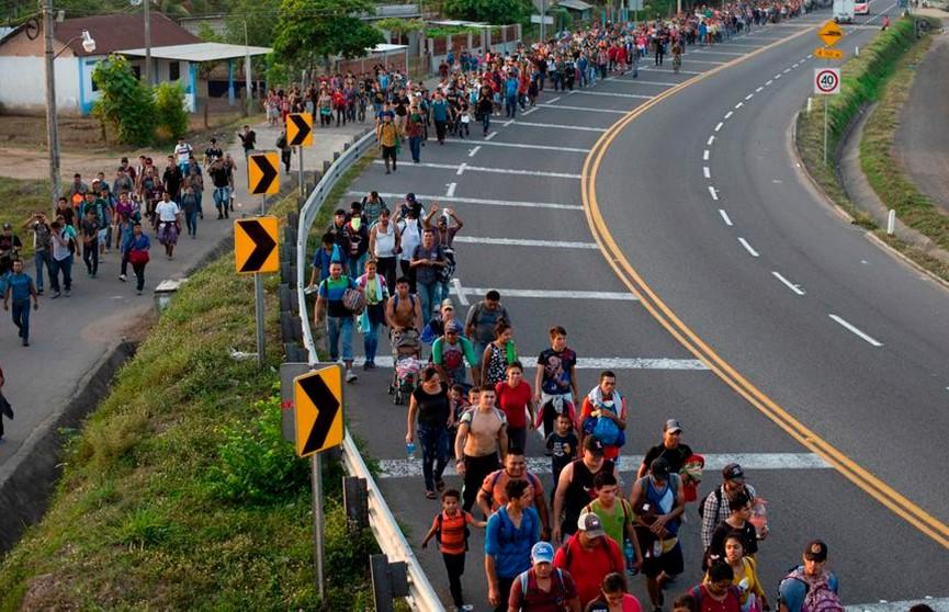 Колонна мигрантов прорвала мексиканскую границу и движется в США