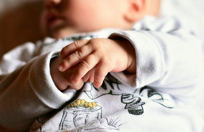 Новорождённого ребёнка продавали в интернете за $500 с сестрой в придачу