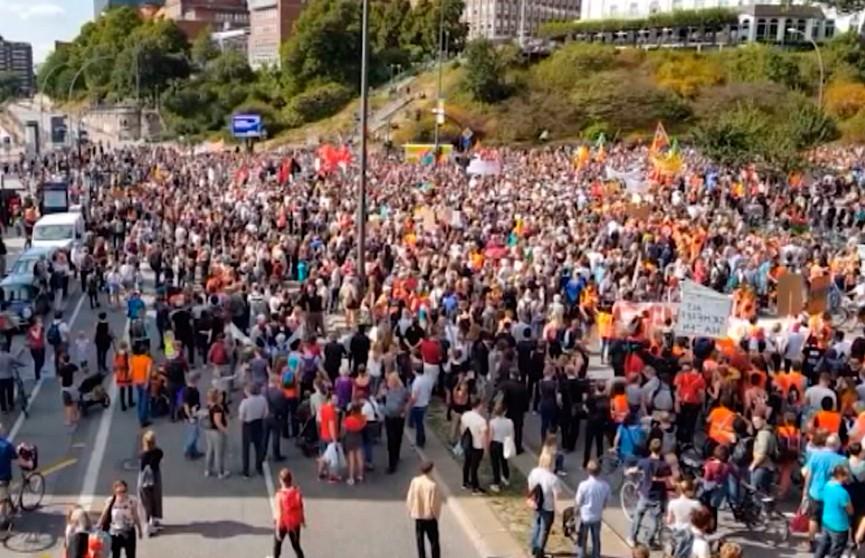 Демонстрации в поддержку мигрантов в Гамбурге и Берлине собрали тысячи участников