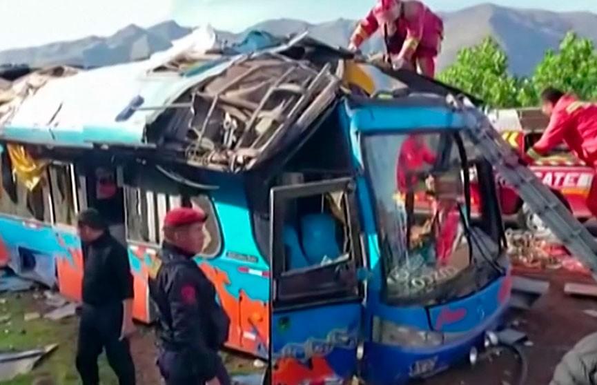 Автобус со школьниками упал в ущелье в Перу: 10 человек погибли, 20 пострадали