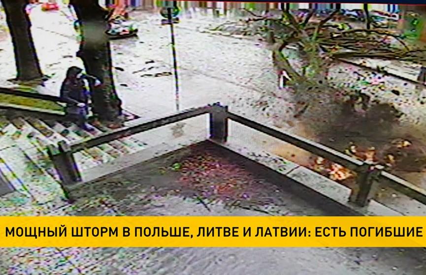 Четыре человека погибли во время шторма в странах Балтии