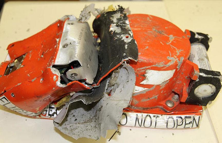 Чёрный ящик разбившегося в Индонезии самолёта поднят на поверхность