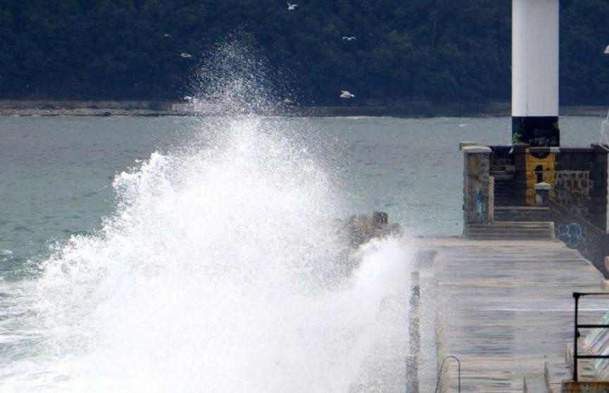 Двоих подростков смыло в море с волнореза в болгарской Варне