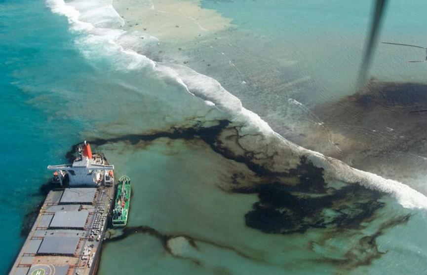 Экологическая катастрофа возле берегов Маврикия: перевозившее нефтепродукты судно село на мель и раскололось